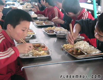 Students having lunch - China